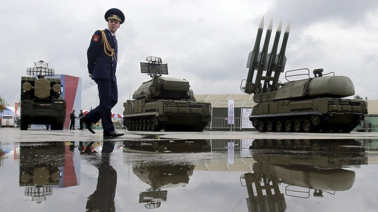 La lanzadera de misiles Buk-1M en medio de otro equipo bélico de Rusia