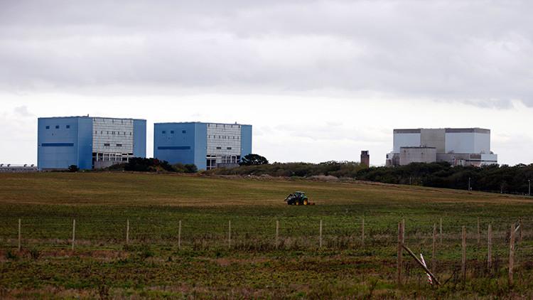 Un tractor opera en el campo donde se construirá la central nuclear Hinkley Point C en Bridgwater, suroeste de Inglaterra. 24 de octubre de 2013.  El Reino Unido firmó un acuerdo con la compañía EDF de Francia para la ejecución de uno de los proyectos de construcción más caros de la historia.