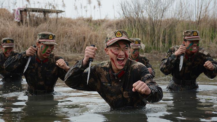 VIDEO: Así pasan las duras pruebas los soldados chinos en su entrenamiento