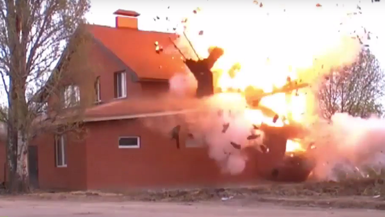 Video: Potente explosión de una casa de oración clandestina llena de explosivos en Rusia