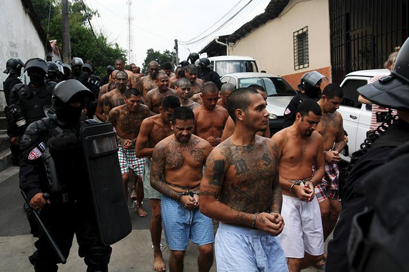 Miembros de la pandilla Mara Salvatrucha son escoltados por la policía a la cárcel de Quezaltepeque, El Salvador. 29 de marzo de 2016. REUTERS/Jose Cabezas