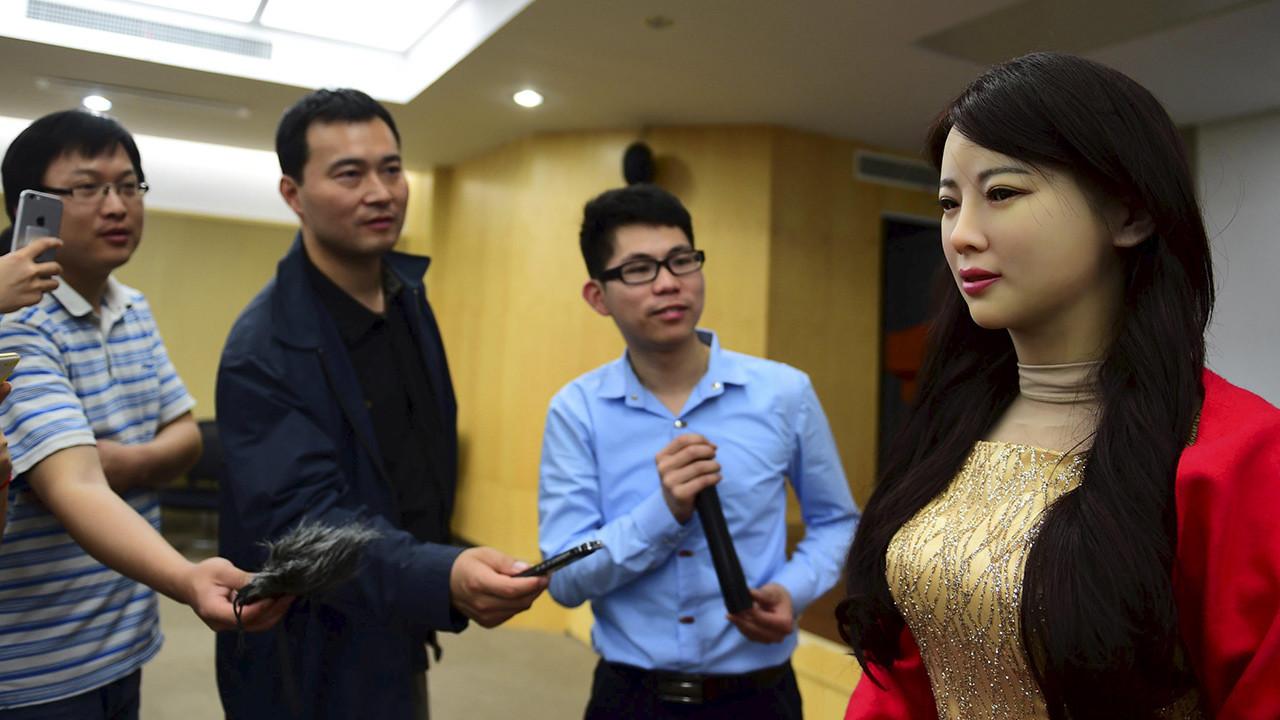 La robot Jia Jia interactúa con técnicos en el campus de la Universidad de Ciencia y Tecnología de China, en Hefei, provincia de Anhui. 15 de abril de 2016.