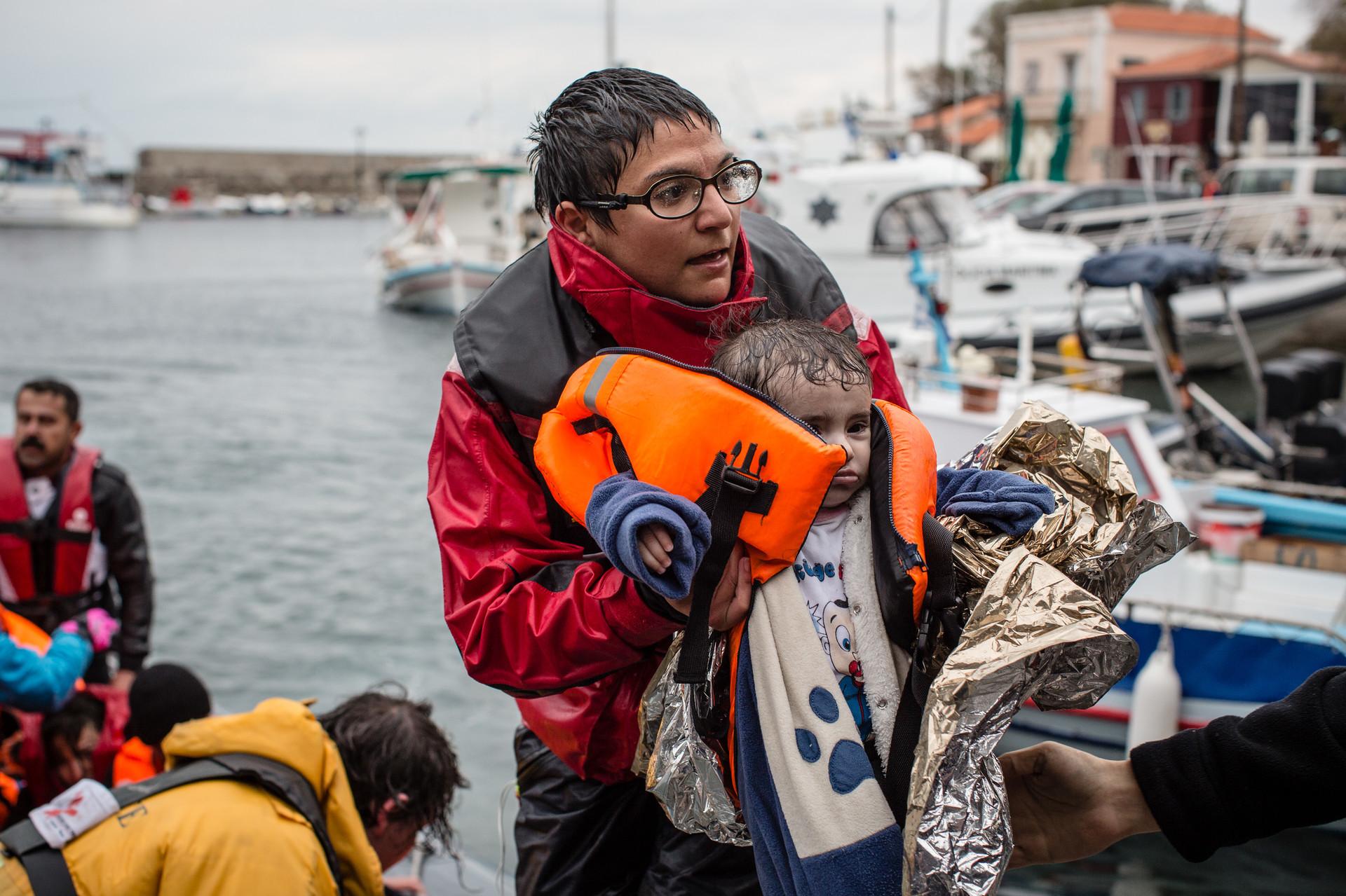 Un total de 83 personas fueron rescatadas, mientras que dos personas – un hombre de 80 años y una beba de seis meses – murieron ahogados.