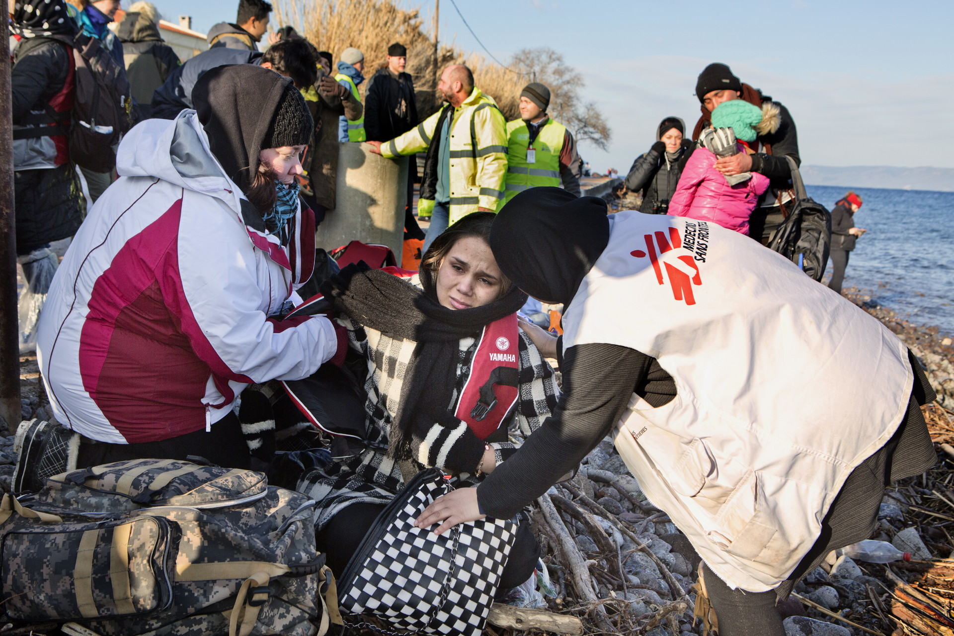 Una mediadora cultural atiende a una mujer que acaba de llegar a la isla griega de Lesbos tras cruzar el Mar Egeo.