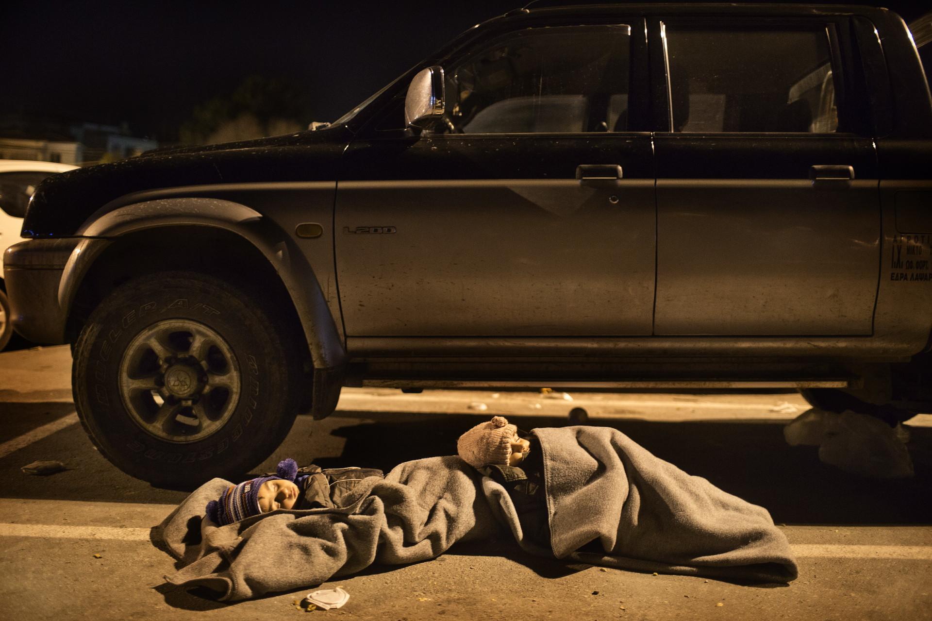 Dos niños sirios duermen en el puerto de Mitilene, en la isla griega de Lesbos.