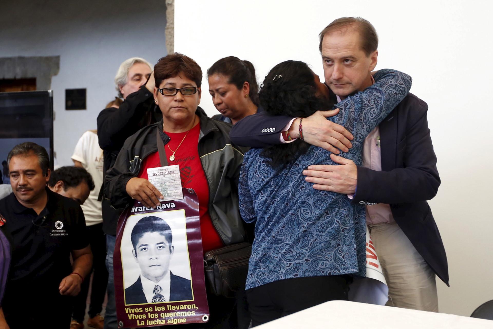 Carlos Beristain, de la Comisión Interamericana de Derechos Humanos, con familiares de los estudiantes desaparecidos en Iguala. Ciudad de México, 24 de abril de 2016.
