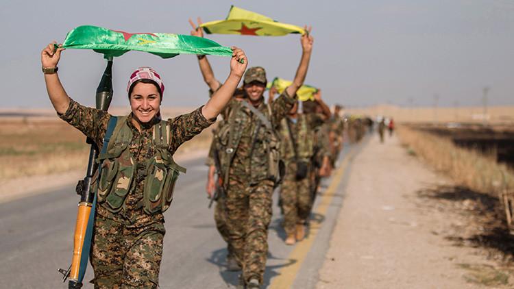 Mujeres soldado kurdas tras una victoria sobre el Estado Islámico en la Provincia de Raqqa. 15 de junio de 2015