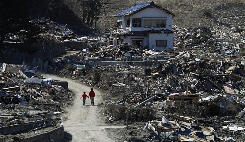 Varias personas recorren las zonas afectadas por el terremoto y el tsunami de marzo de 2011, en Miyako, prefectura de Iwate en Japón. 5 de abril de 2011.
