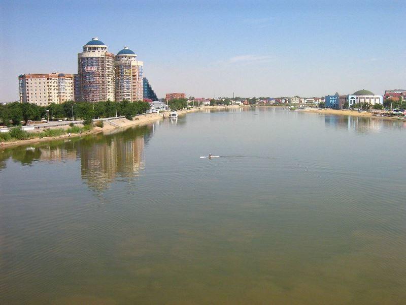 El río Ural a su paso por la ciudad de Atyrau