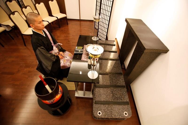 Un monje budista en la sala de funerales de un hotel para cadáveres en Yokohama