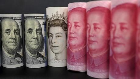 Billetes de dólares estadounidenses, libras esterlinas y yuanes chinos