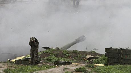 Un soldado armenio del ejército de autodefensa de Nagorno-Karabaj efectúa un disparo de artillería contra las fuerzas azeríes en la ciudad de Martakert, en la región de Nagorno-Karabaj, el 3 de abril.