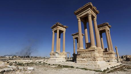 Humos en la parte moderna de Palmira vistos desde la parte antigua de la ciudad
