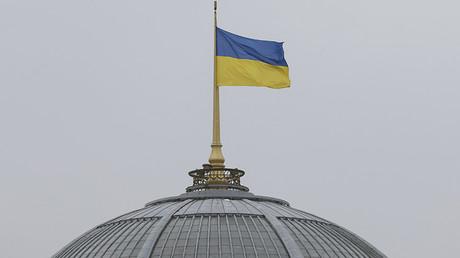 La bandera ucraniana flamea sobre el edificio paralamentario (Verjóvnaya Rada) en Kiev, Ucrania. 5 de marzo de 2016