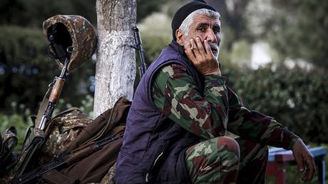Voluntario en la ciudad de Askeran, Nagorno Karabaj, cerca de las zonas de combate.