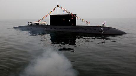 El submarino de clase Varshavianka durante el ensayo general de la celebración del Día de la Armada en la ciudad rusa de Vladivostok.