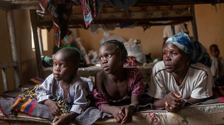 Una madre con sus hijos en un campo para desplazados internos en la ciudad de Yola (Adamawa, Nigeria), después de que su casa fuera asaltada por la organización terrorista Boko Haram.