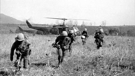 Soldados estadounidenses durante la operación Double Eagle contra la posición del Frente Nacional de Liberación de Vietnam en Bon Son, el 7 de marzo de 1966.