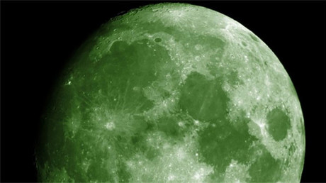Foto de la Luna en color verde creada a través de Photoshop y vía Wikimedia Commons.