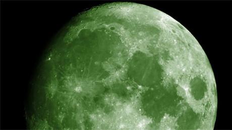 Foto de la Luna en color verde creada a través de Photoshop y vía Wikimedia Commons.