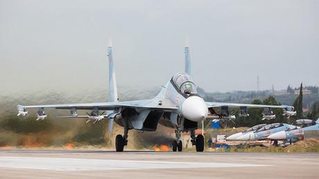 Un caza ruso Su-27 en la base Jmeimim, en Siria.