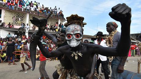 Unos jóvenes llevan unas mascaras durante la fiesta
