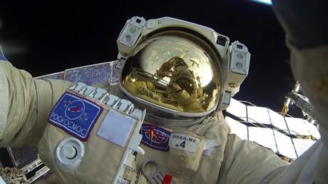Un cosmonauta ruso realiza una caminata espacial