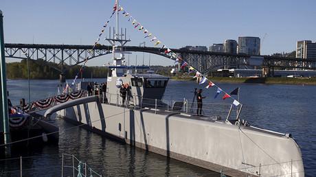 El barco autónomo Sea Hunter llega a puerto antes de comenzar la ceremonia de su inauguración. Portland, Oregon, EE.UU., 7 de abril de 2016