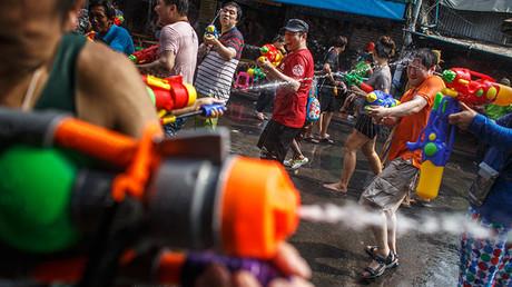 Personas utilizan pistolas de agua durante las celebraciones del festival de Songkran en Khao San Road en Bangkok.