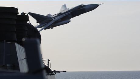 Una foto de la Marina de EE.UU. muestra lo que parece ser un caza ruso Su-24 volando cerca del destructor estadounidense USS Donald Cook.