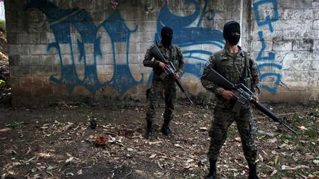 Soldados del ejército salvadoreño cerca de un graffiti de la Mara Salvatrucha, en la zona de El Rosal en Quezaltepeque, El Salvador. 4 de abril de 2016. REUTERS / Jose Cabezas