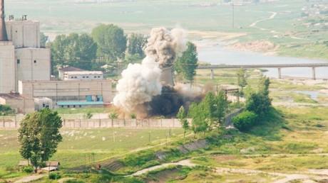 Demuelen en Yongbyon una torre de refrigeración del reactor experimental