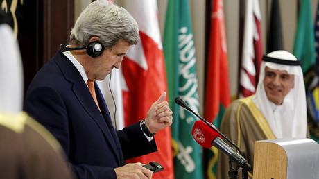 El secretario de Estado John Kerry hace un gesto de aprobación al primer ministro saudí, Adel al Jubeir, en un encuentro ministerial en Manama, Baréin. 7 de abril de 2016.