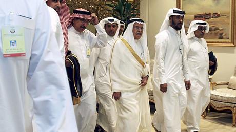 El ministro de Petróleo de Arabia Saudita, Ali al Naimi, llega a una reunión entre los productores de petróleo en Doha, Catar, el 17 de abril de 2016.