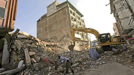 Una máquina elimina los restos de un edificio derrumbado tras el terremoto en la costa del Pacífico, en Portoviejo, Ecuador, el 8 de abril de 2016