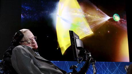 El físico Stephen Hawking en el escenario en Nueva York, Estados Unidos, el 12 de abril de 2016