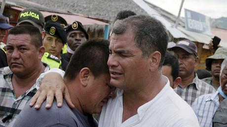 El presidente de Ecuador, Rafael Correa, abraza a un residente de la localidad de Canoa después del terremoto.