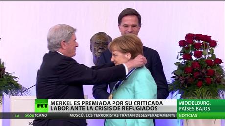 Merkel recibe un premio por su labor en la crisis de los refugiados