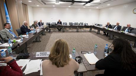 El enviado especial de la ONU para Siria, Staffan de Mistura, asiste a una reunión con el Alto Comité de Negociaciones en Ginebra
