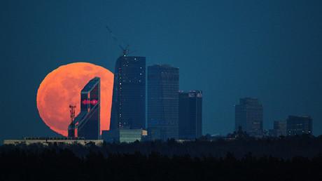 Luna llena sobre el Centro internacional de negocios de Moscú.