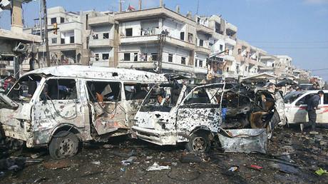 Autobuses destruidos en un lugar afectado por la explosión de dos bombas en la ciudad siria de Homs el 21 de febrero de 2016.