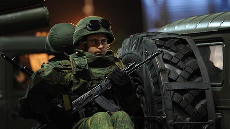 Un soldado del Ejército ruso con un fusil AK-12