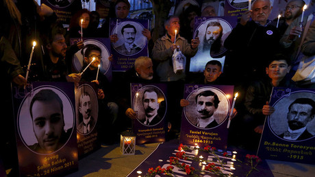 Manifestantes en Estambul, Turquía, sostienen velas y fotos de víctimas del genocidio armenio a manos de turcos otomanos , el 23 de abril de 2015.