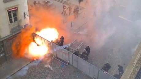 Las protestas contra la reforma laboral incendian Francia
