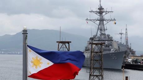 Destructor estadounidense anclado en la base Subic de Filipinas