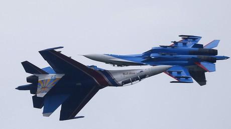 Dos aviones Su-27  de 'Los Rúskiye Vítiazi', grupo de demostración acrobática de la Fuerza Aérea Rusa.
