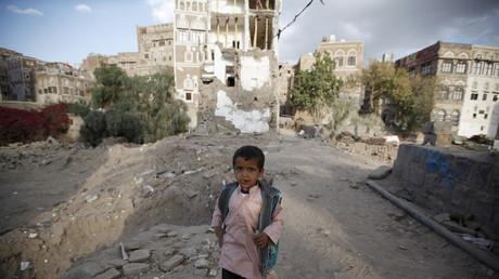Un niño yemení pasae por las calles de la destruida ciudad de Sana