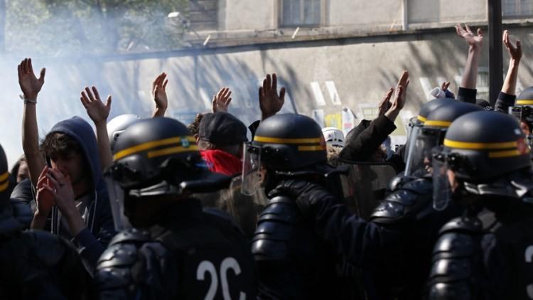La Policía obliga a los jóvenes alzar las manos para excluir que alguien tenga petardos o piedras.