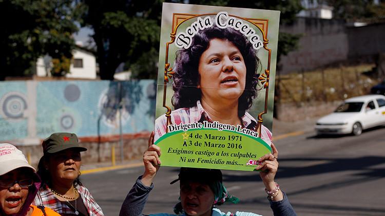 Una manifestante sostiene una pancarta con la imagen de la ambientalista Berta Cáceres.