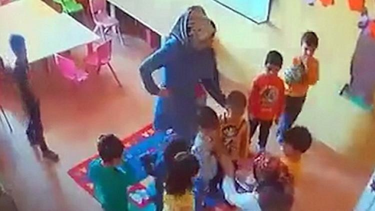 Video: Niños golpean al más pequeño de una guardería turca con el 'permiso' de la maestra